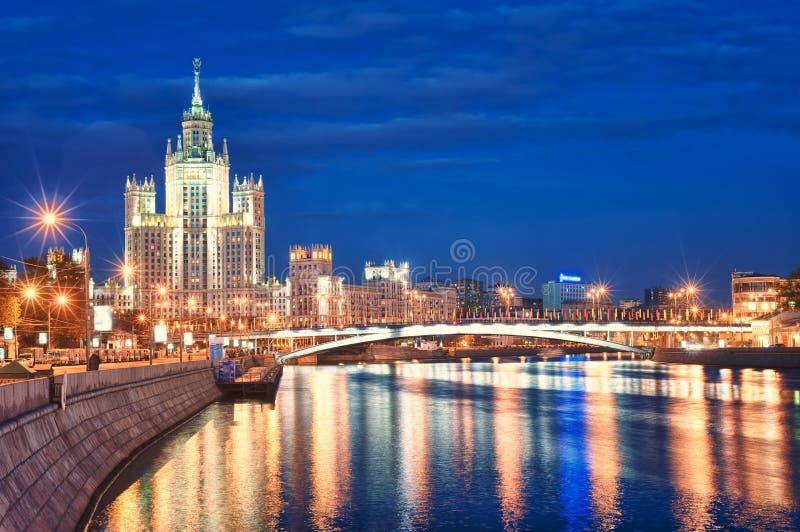 Moskva historiska skyskrapa Kotelnicheskaya på den Moskva floden, arkivbilder