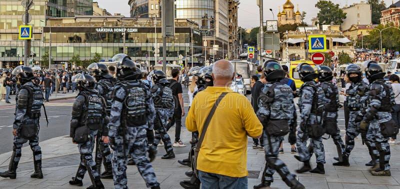 MOSKVA - Juli 27, 2019: protesten som fortsattes på den Trubnaya fyrkanten på den Trubnaya fyrkanten i Moskva, omkring 300 person fotografering för bildbyråer