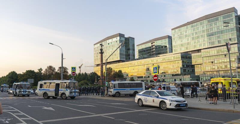 MOSKVA - Juli 27, 2019: protesten som fortsattes på den Trubnaya fyrkanten på den Trubnaya fyrkanten i Moskva, omkring 300 person royaltyfri foto