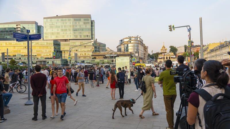 MOSKVA - Juli 27, 2019: protesten som fortsattes på den Trubnaya fyrkanten på den Trubnaya fyrkanten i Moskva, omkring 300 person arkivbild