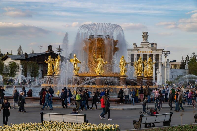 Moskva Maj 1, 2019 bekant ställerekreation parkerar VDNH Storartat springbrunnKAMRATSKAP AV FOLK med guld- statyer royaltyfri fotografi