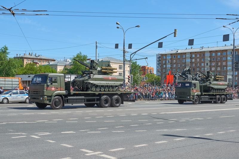 MOSKVA MAJ, 9, 2018: Ferie för den stora segern ståtar av ryska militärfordon Behållare för radiokontrollstrid Uran-9 på lastbile arkivbild