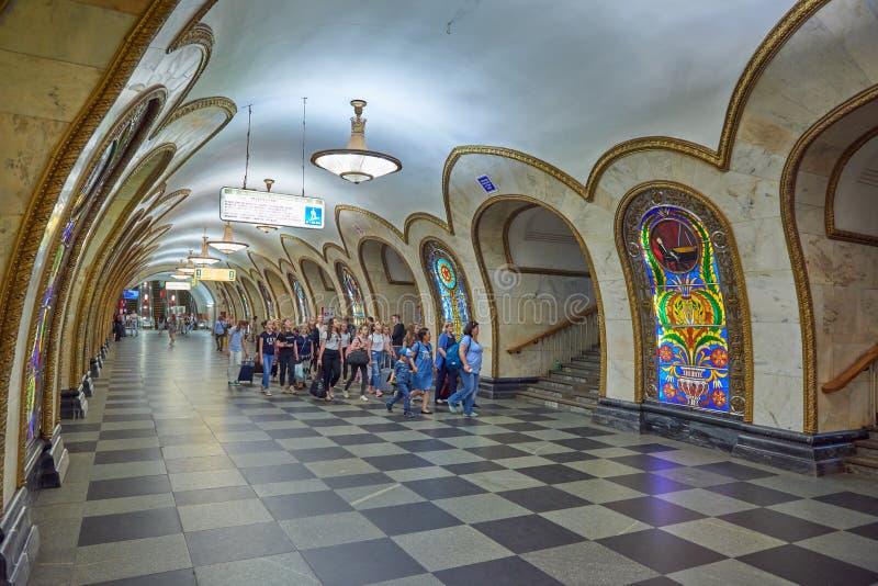 MOSKVA MAJ, 13, 2018: Folkmångfald på stationen för ryssgångtunneltunnelbana Grupp människor som går på en gångtunnelplattform i  royaltyfri fotografi