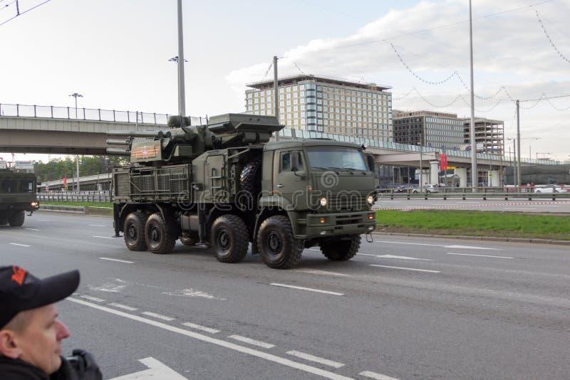 MOSKVA - MAJ 4, 2015: Militärfordon på Leningradsky Prospekt royaltyfri foto