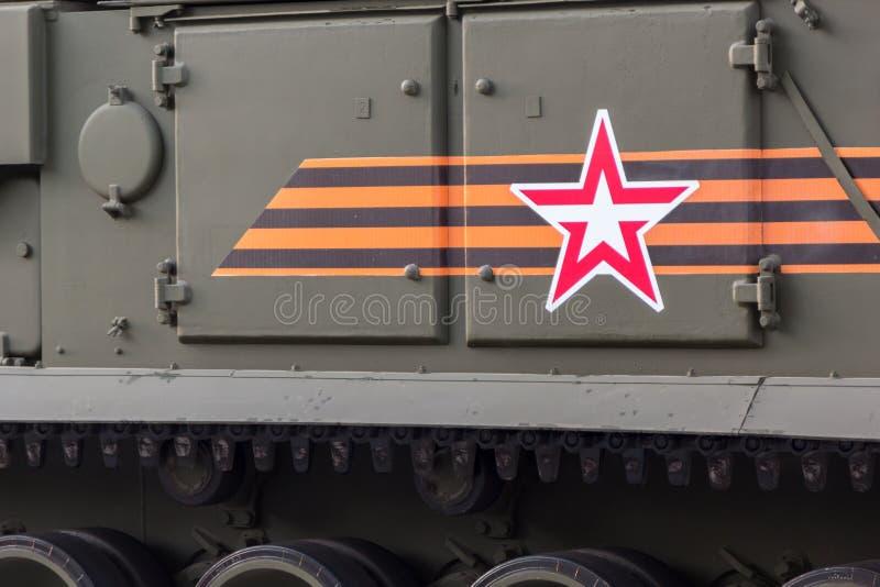 MOSKVA - MAJ 4, 2015: Militärfordon på Leningradsky Prospekt arkivfoto