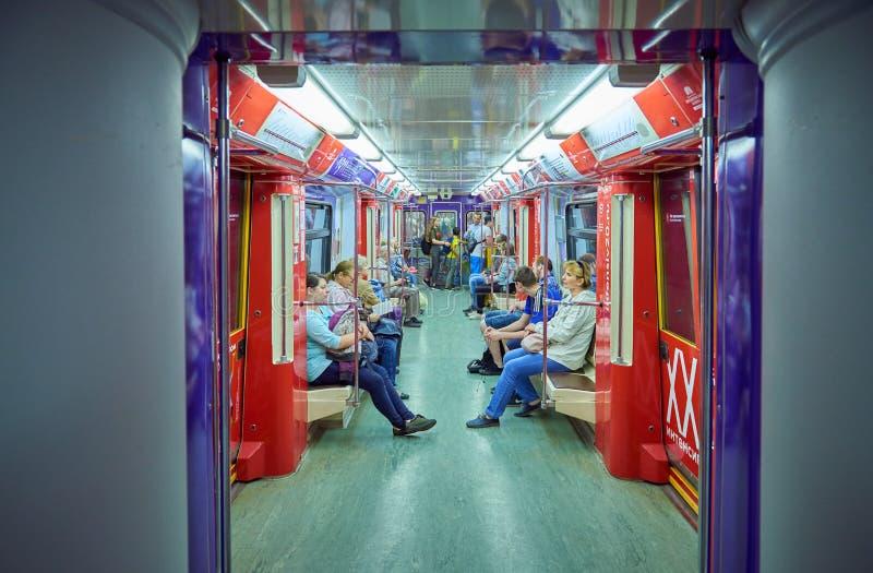 MOSKVA MAJ, 13, 2018: Olikt folk som reser i för gångtunnelpassagerare för ryss modernt drev Elektrisk transport för kollektivtra royaltyfria foton
