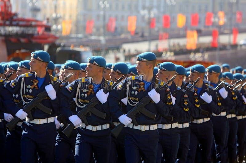 MOSKVA 07 MAJ, 2015: Rysk soldatmarsch till och med röd fyrkant arkivbild