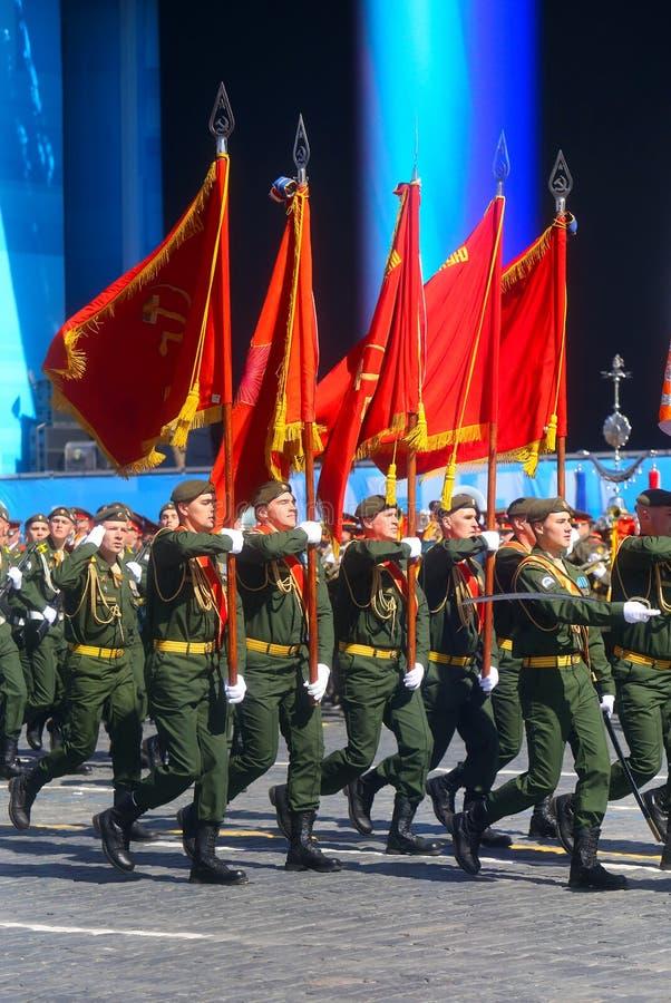 MOSKVA 07 MAJ, 2015: Rysk soldatmarsch till och med röd fyrkant royaltyfria bilder