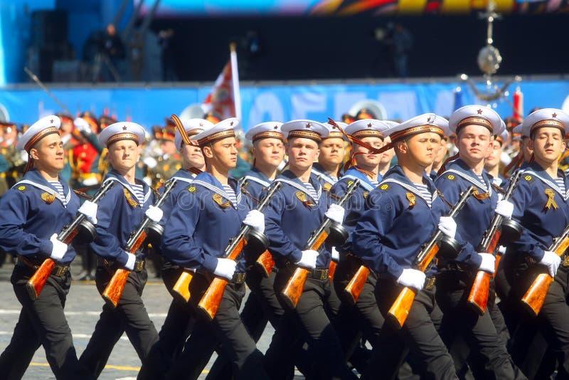 MOSKVA 07 MAJ, 2015: Ryska sjömän i likformig av världskrig II arkivbilder