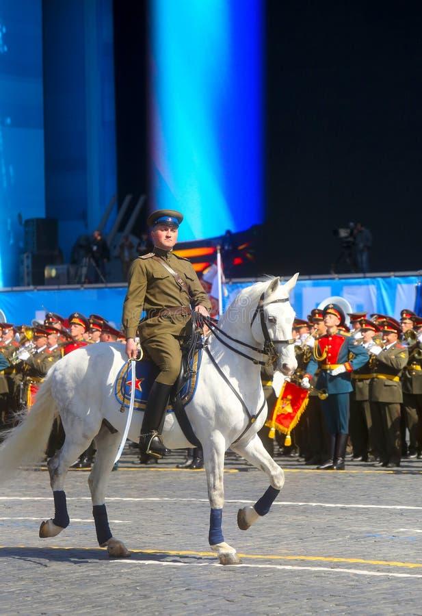 MOSKVA 07 MAJ, 2015: Rysssoldater på hästrygg i enhetlig nolla fotografering för bildbyråer