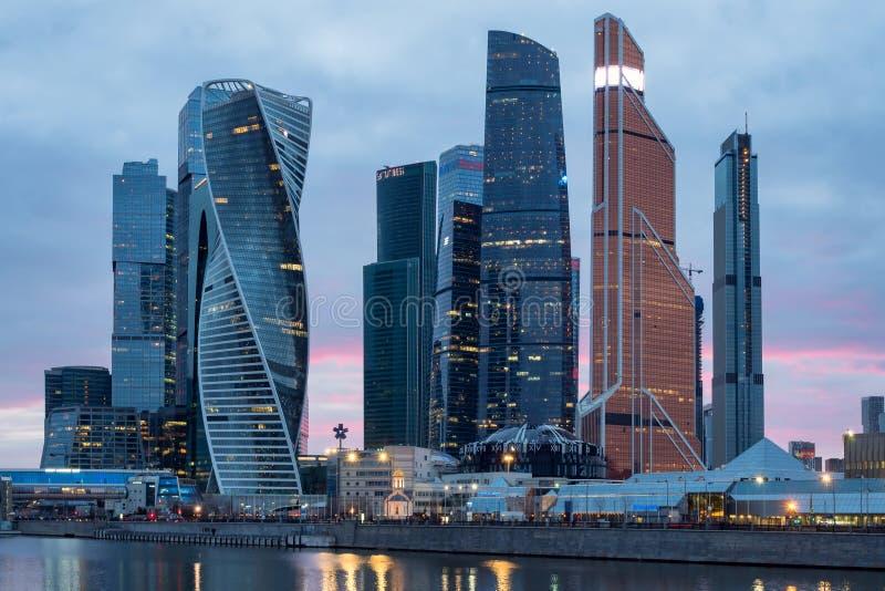 Moskva - mars 2019 Sikt för solnedgång för stad för Moskva för affärsmitt arkivbilder