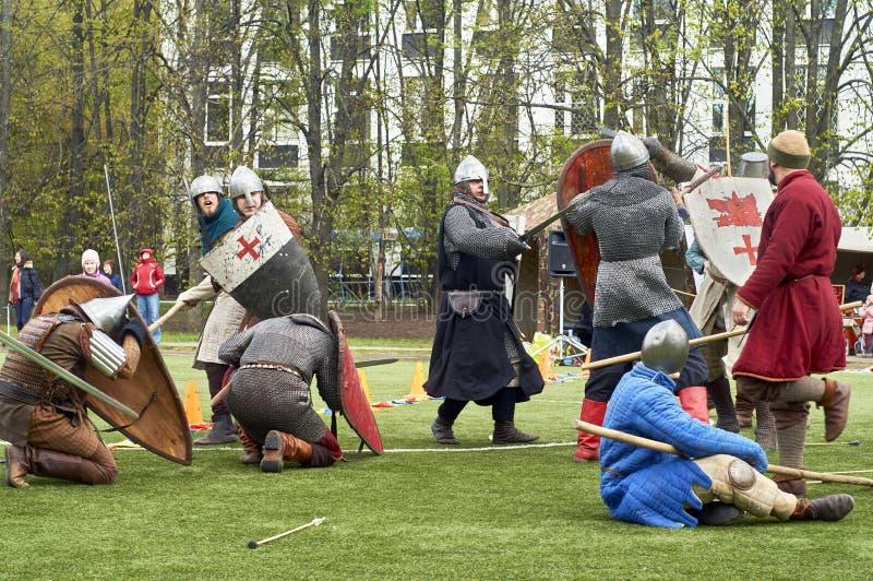 Moskva -, May 13 2017 Reconstraction av den medeltida striden fotografering för bildbyråer