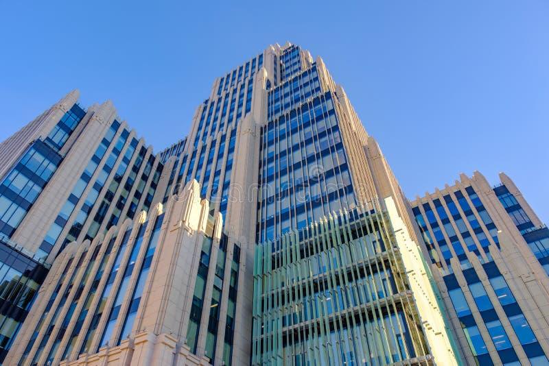 MOSKVA - OKTOBER 20, 2018: Modern höghuskontorsbyggnad av betong och exponeringsglas mot den blåa himlen royaltyfri bild