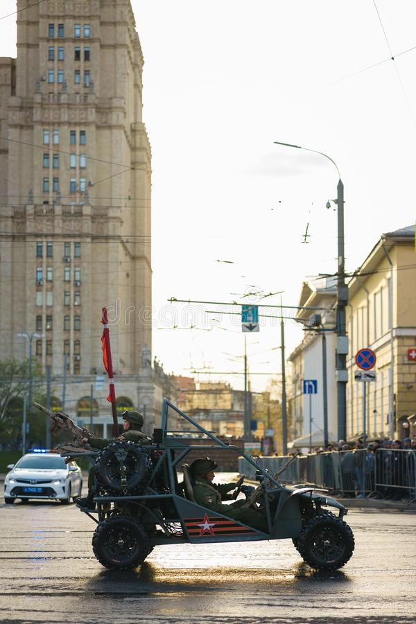 MOSKVA RUSSIA-APRIL, 2019 St?ta av milit?r utrustning i hedern av Victory Day p? gatorna av Moskva royaltyfria foton