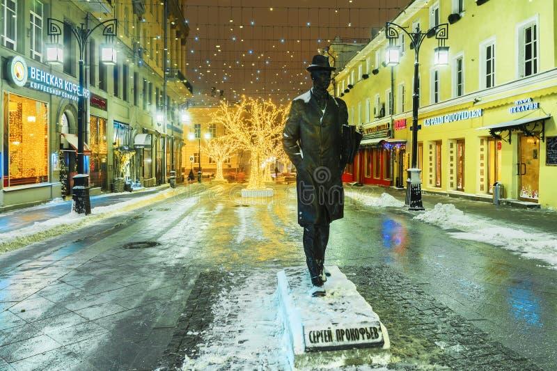 MOSKVA RUSSIA-14 JANUARI 2017: en monument till Sergei Prokofiev I royaltyfria bilder