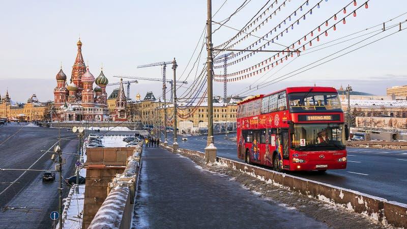 MOSKVA RUSSIA-JANUARY 25: rött turnera bussen arkivfoton