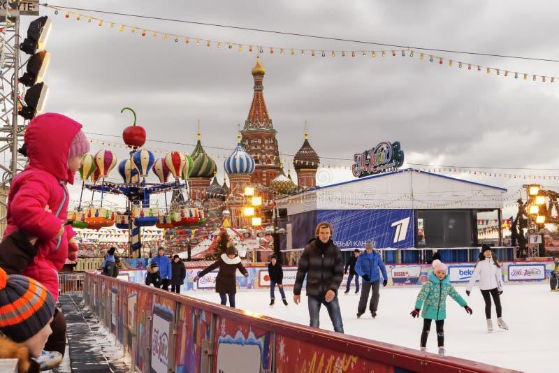Moskva rysk federation - Januari 21, 2017: Folket är enjoyicen som åker skridskor i röd fyrkant för Kreml arkivfoto