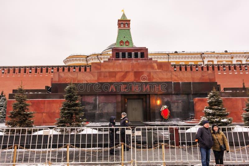 Moskva rysk federation - Januari 28,2017: - Kreml, Lenin s mausoleum på röd fyrkant i vintern som täckas av snö arkivbild