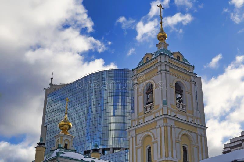 Moskva rysk federation - Januari 21, 2017: Lokaliserat i omgestaltningfyrkant, sikt av den nya kyrkan och kommersiell mitt arkivfoto