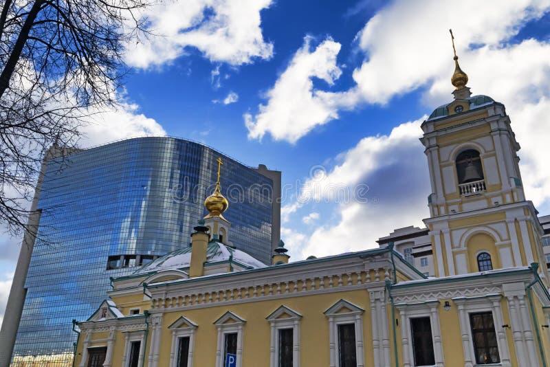 Moskva rysk federation - Januari 21, 2017: Lokaliserat i omgestaltningfyrkant, sikt av den nya kyrkan och kommersiell mitt arkivbild