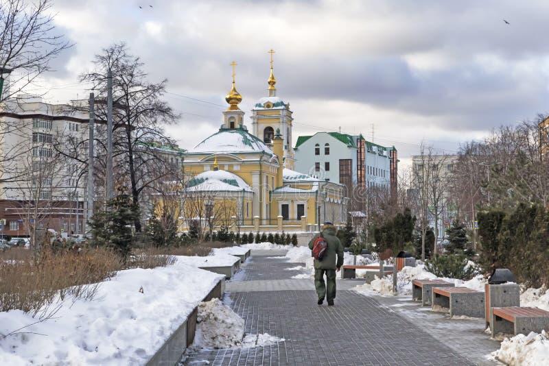 Moskva rysk federation - Januari 21, 2017: Lokaliserat i omgestaltningfyrkantsikt av kyrkan från närgränsande trädgård fotografering för bildbyråer