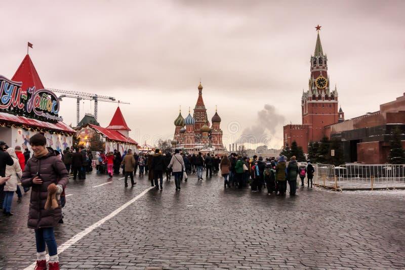 Moskva rysk federation - Januari 21, 2017: Sikt från röd fyrkant, på rätten det Lenin s mausoleum- och Spasskaya tornet royaltyfri foto