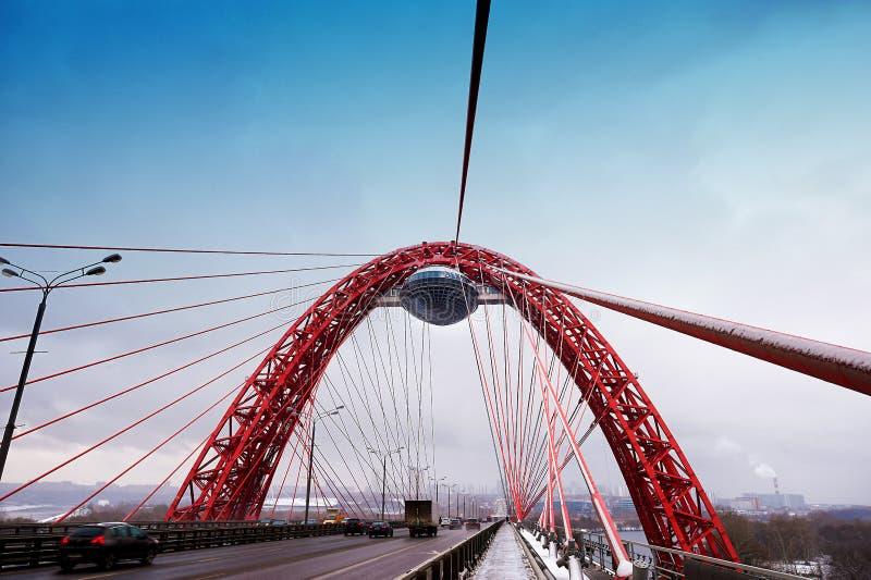 MOSKVA RYSK FEDERATION - November 4,2016: Pittoresk bro över floden Det är som först in kabel-blis, öppnat på arkivfoto