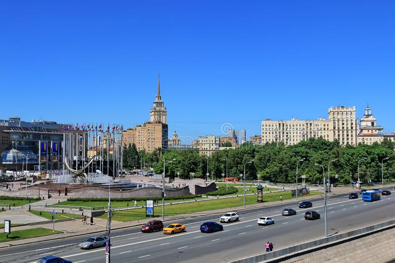 """Moskva Ryssland †""""Maj 25, 2018: Berezhkovskaya invallning av den Moskvaflod- och Europa fyrkanten arkivfoto"""