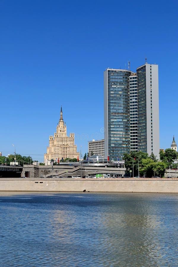 """Moskva Ryssland †""""Maj 25, 2018: Höghushus på den Kudrinskaya fyrkanten och härlig byggnad royaltyfri foto"""