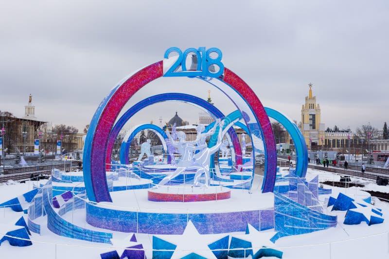 MOSKVA RYSSLAND: Åka skridskor isbanan på VDNKh parkera royaltyfri fotografi