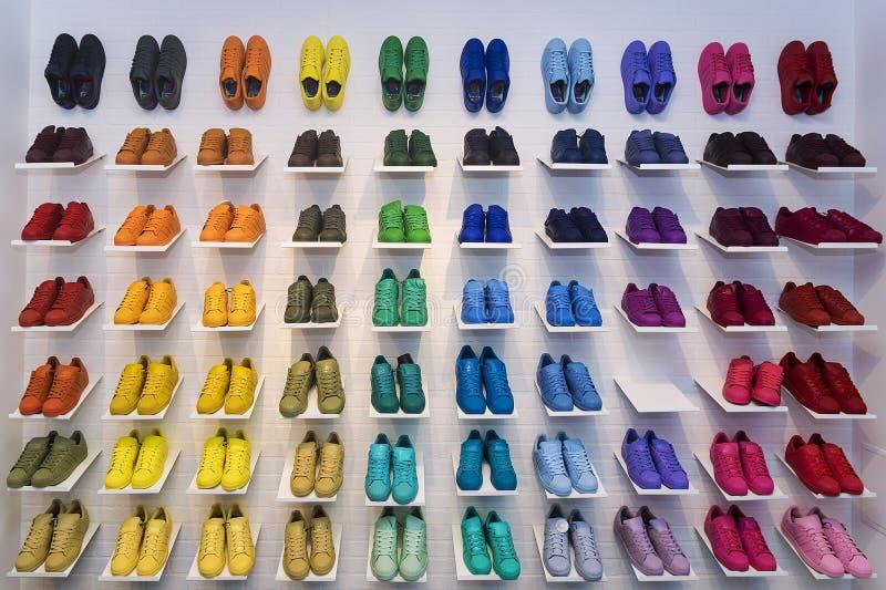 MOSKVA RYSSLAND - APRIL 12: Adidas originalskor i en skostor royaltyfri bild