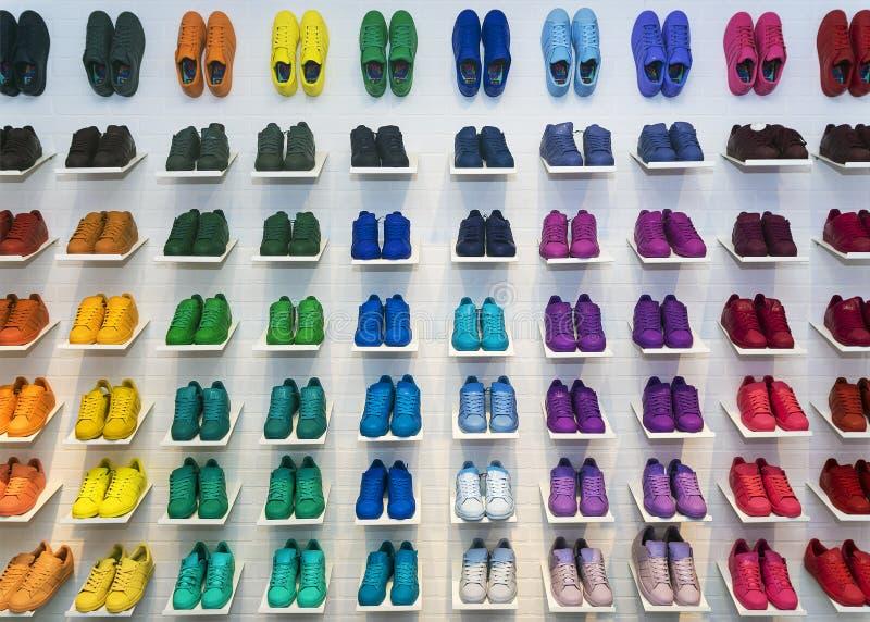 MOSKVA RYSSLAND - APRIL 12: Adidas originalskor i en skostor arkivfoton