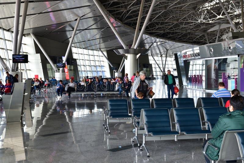 Moskva Ryssland - April 4 2018 Avvikelsekorridor av flygplatsen Vnukovo royaltyfria bilder