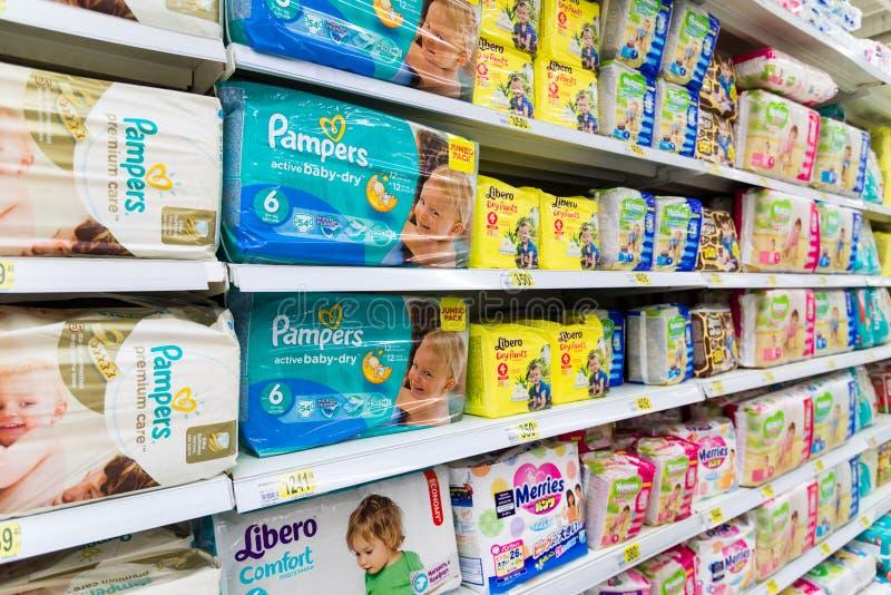 Moskva Ryssland-April 24 2016 blöjor för barn i stort lager knyter kontakt Auchan royaltyfri foto
