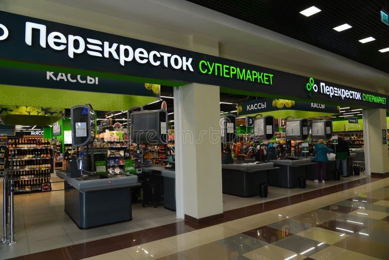 Moskva Ryssland-April 24 2016 Nätverkslagerprodukter - Perekrestok arkivbilder