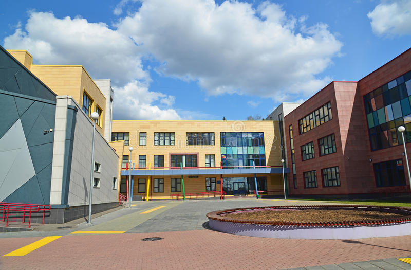 Moskva Ryssland-April 24 2016 Ny stadsskola i område 23 av Zelenograd royaltyfri bild