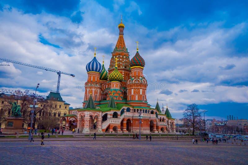 MOSKVA RYSSLAND APRIL, 29, 2018: Oidentifierat folk som in går på den röda fyrkanten, Kreml och domkyrkan för St-basilika` s royaltyfria bilder