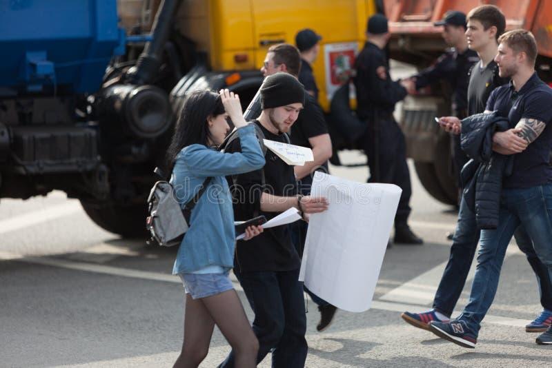 MOSKVA RYSSLAND - APRIL 30, 2018: Personer som protesterar lämnar samla på den Sakharov avenyn mot att blockera telegrammet app i royaltyfri bild