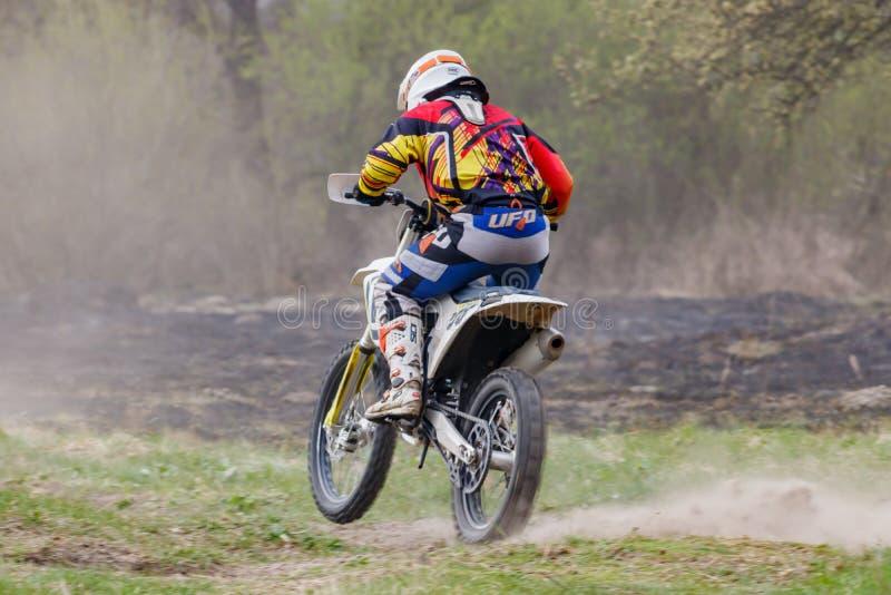 Moskva Ryssland - April 13, 2019: Racerbil på en motocrosscykel i handling Utbildning av motocrosssportlaget fotografering för bildbyråer