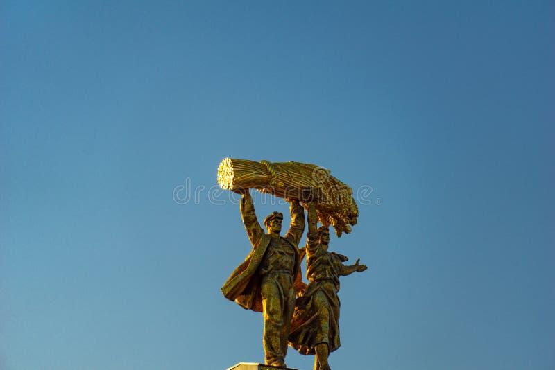 Moskva Ryssland, April 30, 2019: Sikt av den guld- monumentarbetaren och kollektivjordbrukflickan royaltyfria bilder