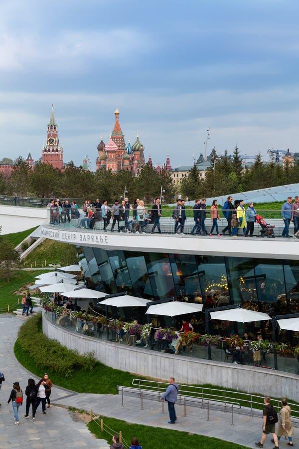 MOSKVA RYSSLAND - APRIL 30, 2018: Sikt av MoskvaKreml, det Spassky tornet och Sten Basil' s-domkyrka Zaryadie parkerar royaltyfri bild