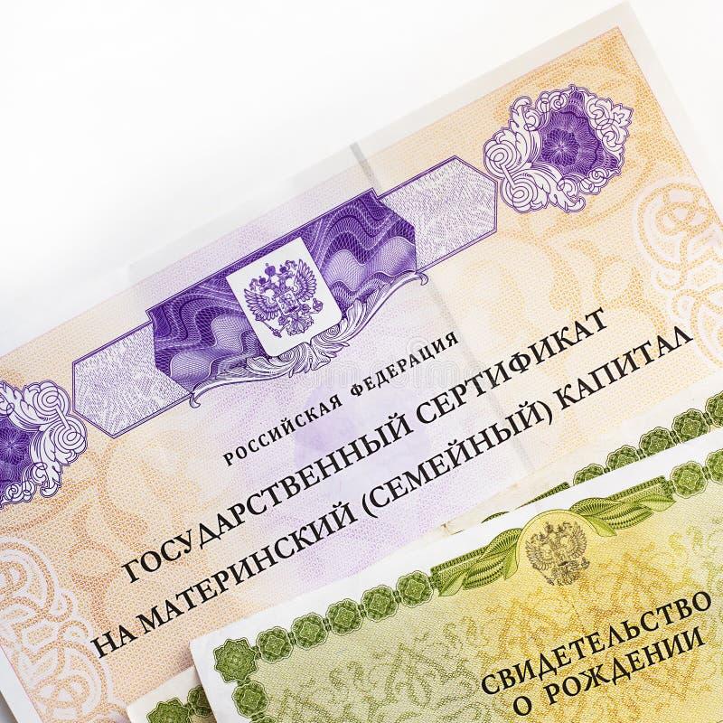 Moskva Ryssland - April, 2019: Smsa tillst?ndscertifikatet f?r rysk federation p? moderskapfamiljhuvudstad, passet, certifikat av arkivfoto