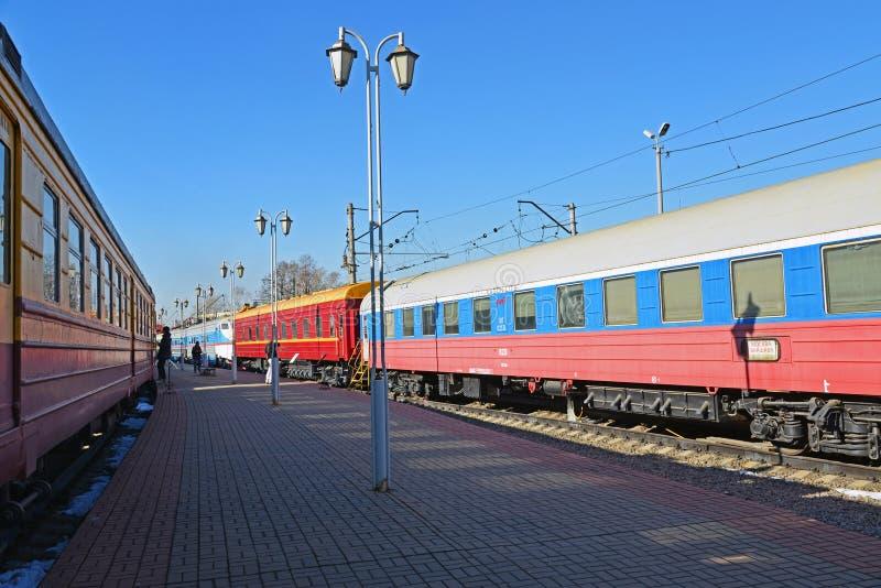 Moskva Ryssland - April 1 2017 Vagnar av drev Rus och Moskva-Warszawa i museum av historia av utveckling för järnväg transport royaltyfri bild