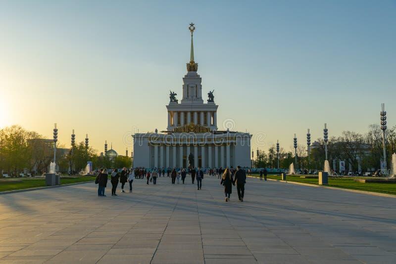 Moskva Ryssland, April 30, 2019: VDNH parkerar den huvudsakliga ryska utställningmitten för paviljongen allra arkivbild