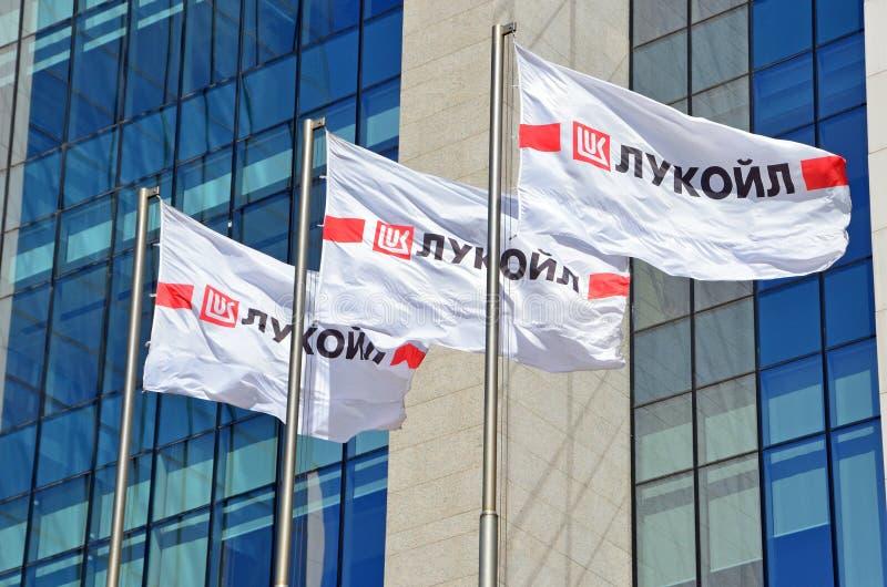 Moskva Ryssland, Augusti, 12, 2018 Flaggor med logoen av den ryska oljebolaget PJSC 'LUKOIL ', Högkvarter av den ryska oljan c royaltyfria foton