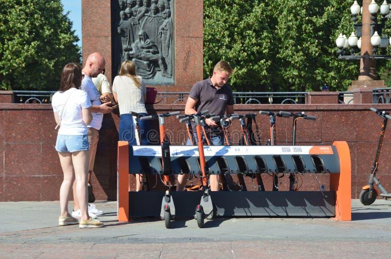 Moskva Ryssland, Augusti, 11, 2018 Folk i den uthyrnings- byrån av elektriska sparkcyklar på den Trubnaya fyrkanten i Moskva arkivbild