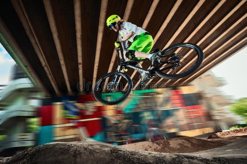 Moskva Ryssland - Augusti 8, 2017: Hopp och fluga på en mountainbike arkivfoto