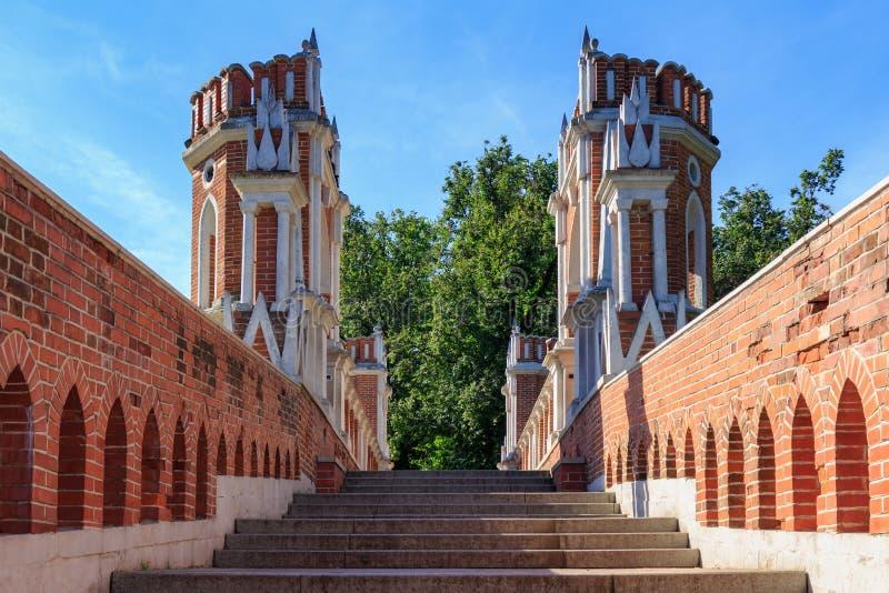 Moskva Ryssland - Augusti 12, 2018: Moment och torn av Figured bron i denreserv Tsaritsyno closeupen på en bakgrund för blå himme royaltyfria foton