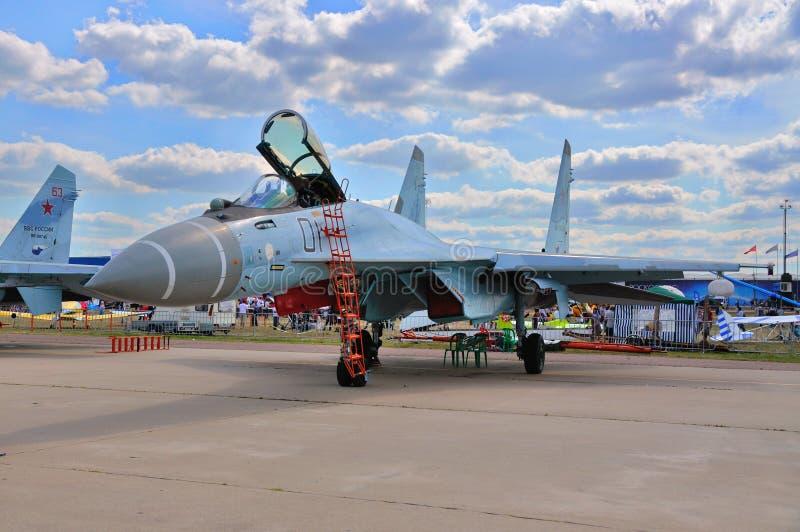 MOSKVA RYSSLAND - AUGUSTI 2015: multirole mördegstårta för kämpeflygplan Su-35 royaltyfria foton