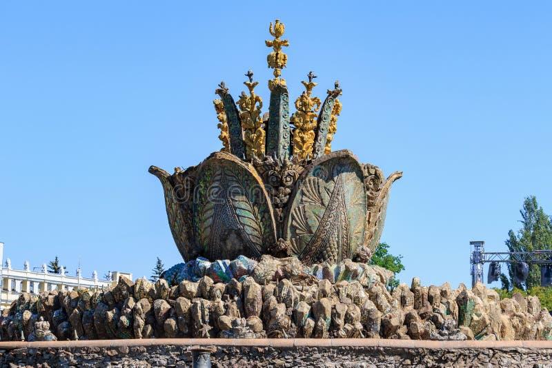 Moskva Ryssland - Augusti 01, 2018: Springbrunnstenblomma på utställning av prestationer av nationell ekonomi VDNH i Moskva på en royaltyfri fotografi